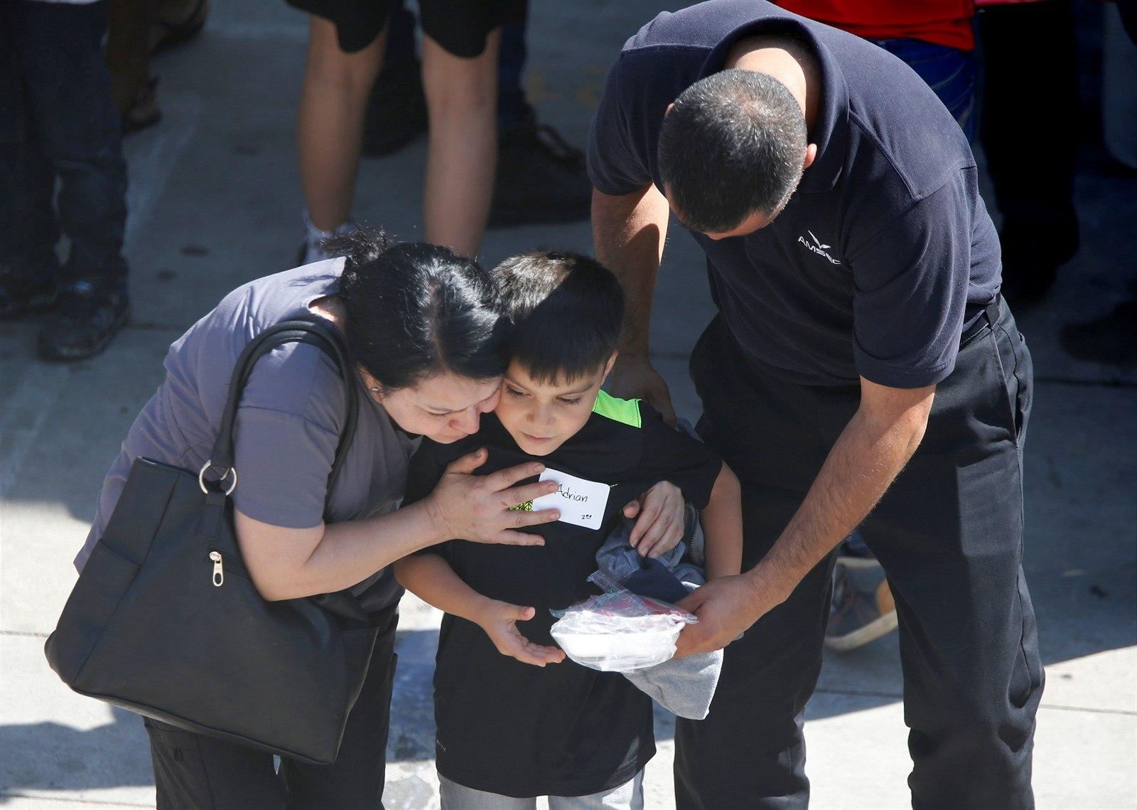 Setkání dětí s rodiči bylo velmi emotivní. Autor: Reuters