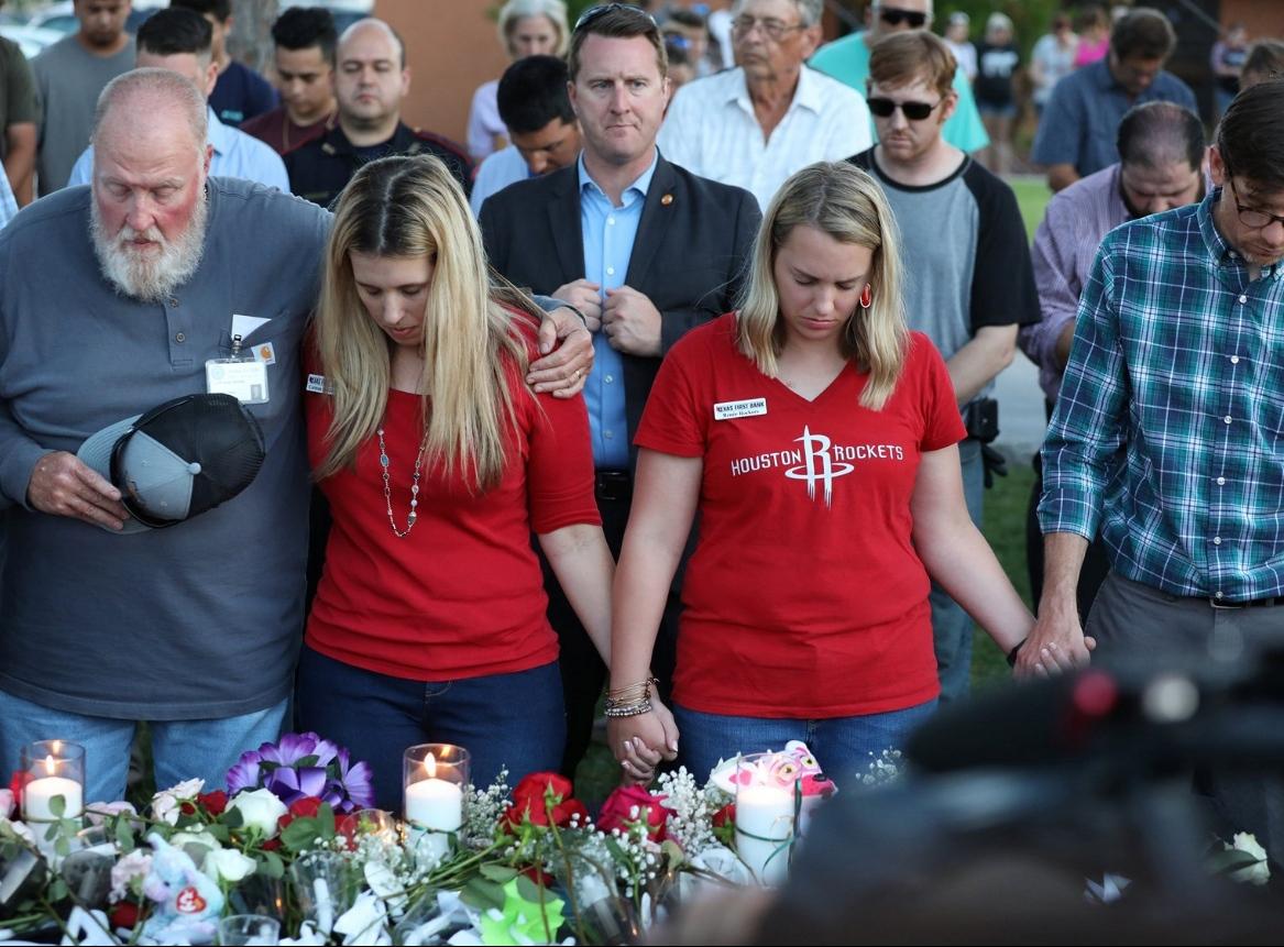 Truchlící poslouchají modlitbu během smutečního obřadu za oběti střelby na texaské střední škole v Santa Fe. Autor: Reuters